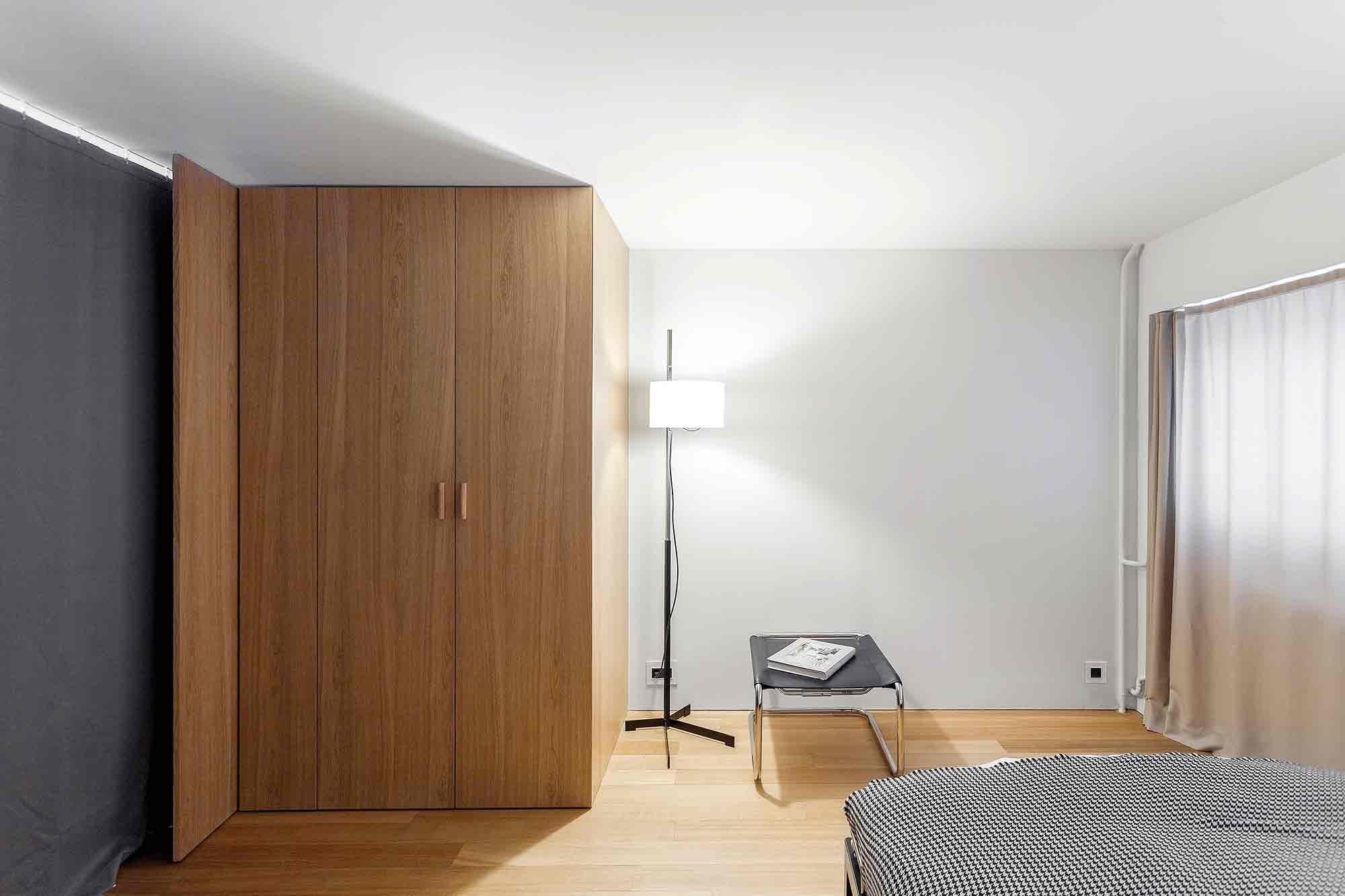 Gorden tersembunyi untuk privasi sang pemilik apartemen karya studio Bazi, via organized-home.com