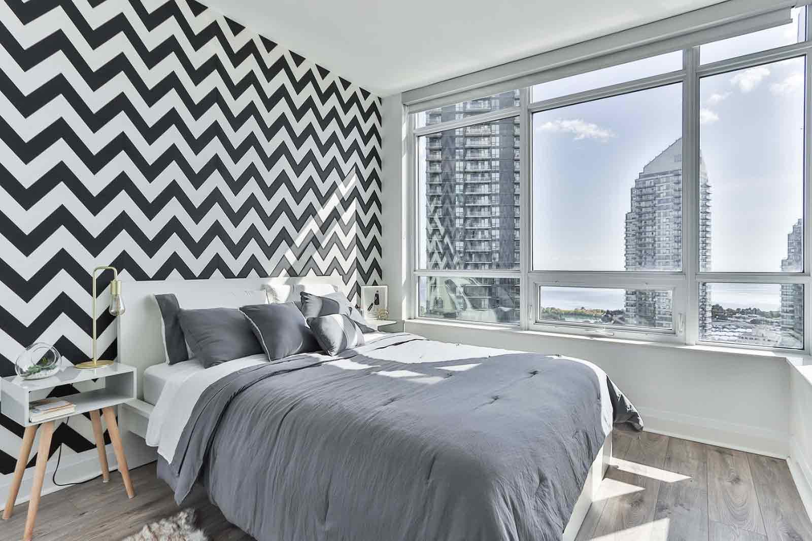 Dekorasi kamar tidur dengan wallpaper, foto oleh Sidekix Media, via unsplash.com