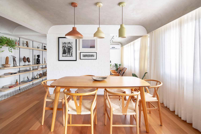 Memasukkan unsur alami dengan bukaan besar, hunian karya Semerene Arquitetura Interior, via archdaily.com