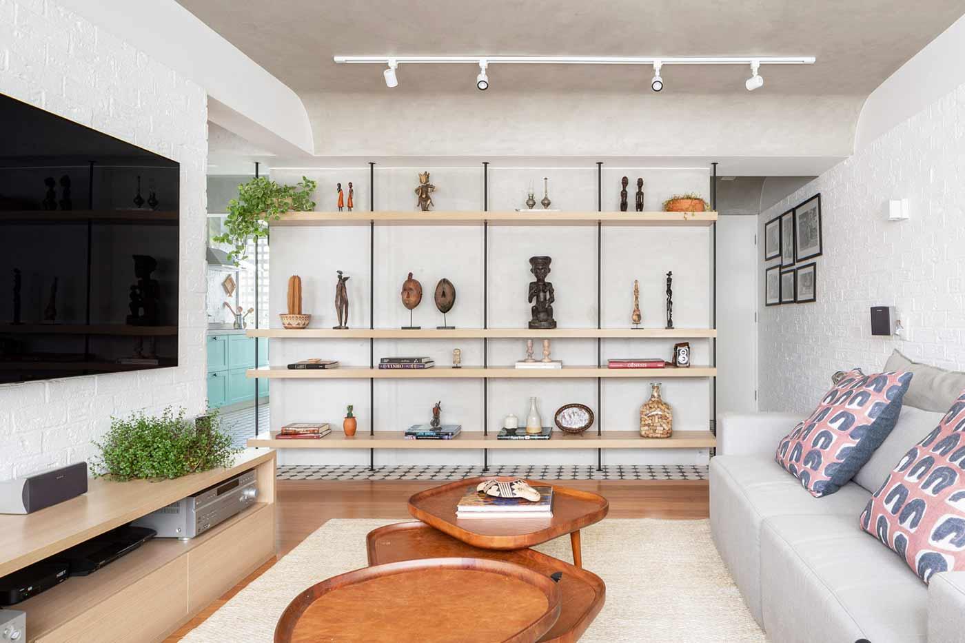 Dekorasi dari hasil perjalanan pribadi, ruang keluarga karya Semerene Arquitetura Interior, via archdaily.com
