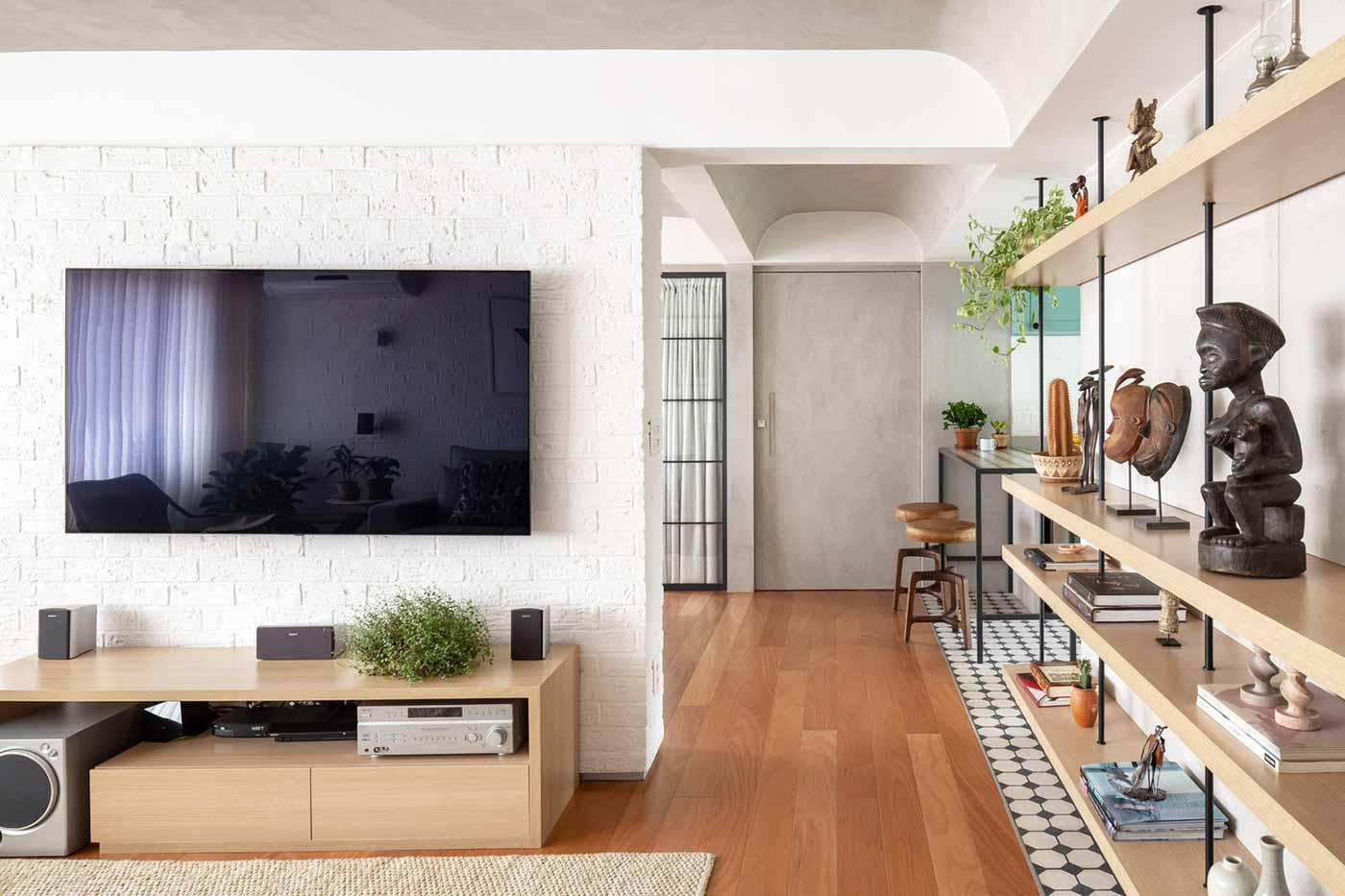 Hanya menyimpan barang yang dibutuhkan, hunian karya Semerene Arquitetura Interior, via archdaily.com