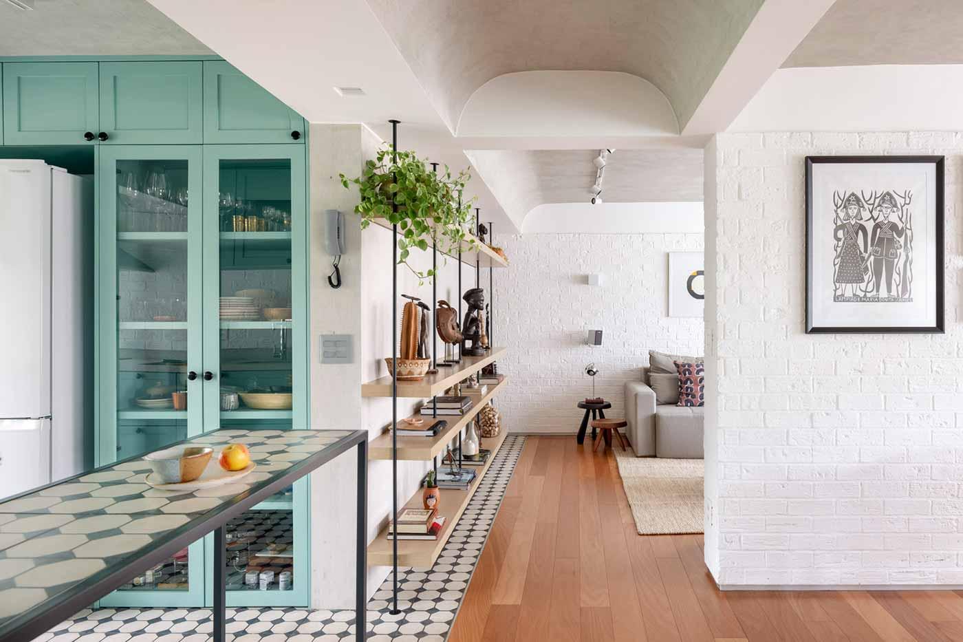 Ruang terbuka yang saling terhubung, hunian karya Semerene Arquitetura Interior, via archdaily.com