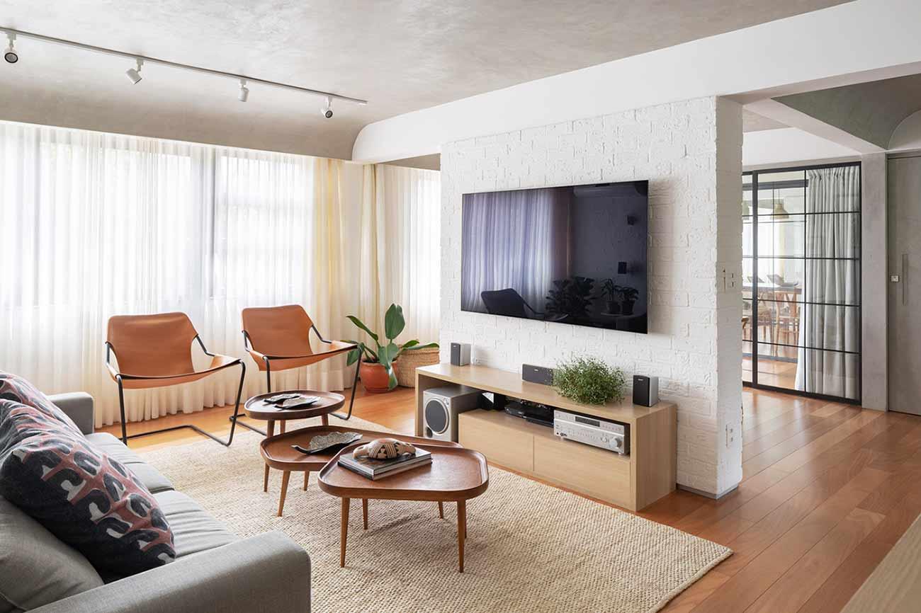 Material dan warna natural dalam interior karya Semerene Arquitetura Interior, via archdaily.com