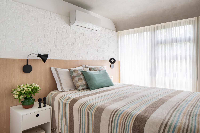 Kamar tidur dengan warna pirus karya Semerene Arquitetura Interior, via archdaily.com