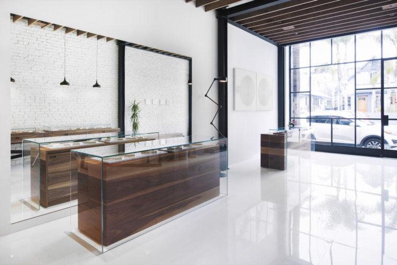 Desain toko minimalis dengan pencahayaan alami yang berlimpah karya Analog Modern, via design-milk.com