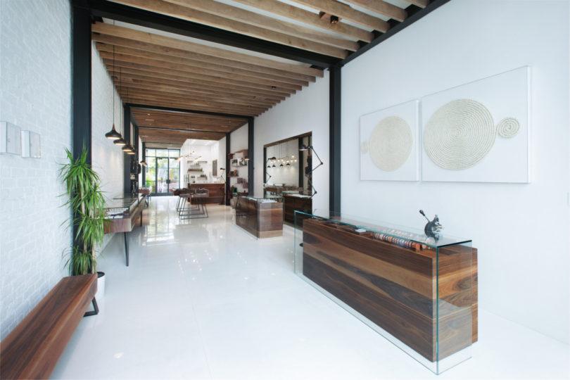 Desain plafon balok kayu toko minimalis karya Analog Modern, via design-milk.com