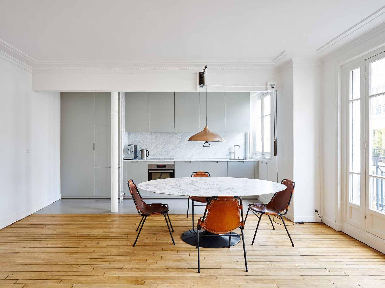 Desain dapur dan ruang makan apartemen minimalis karya Septembre Architecture via organized-home.com