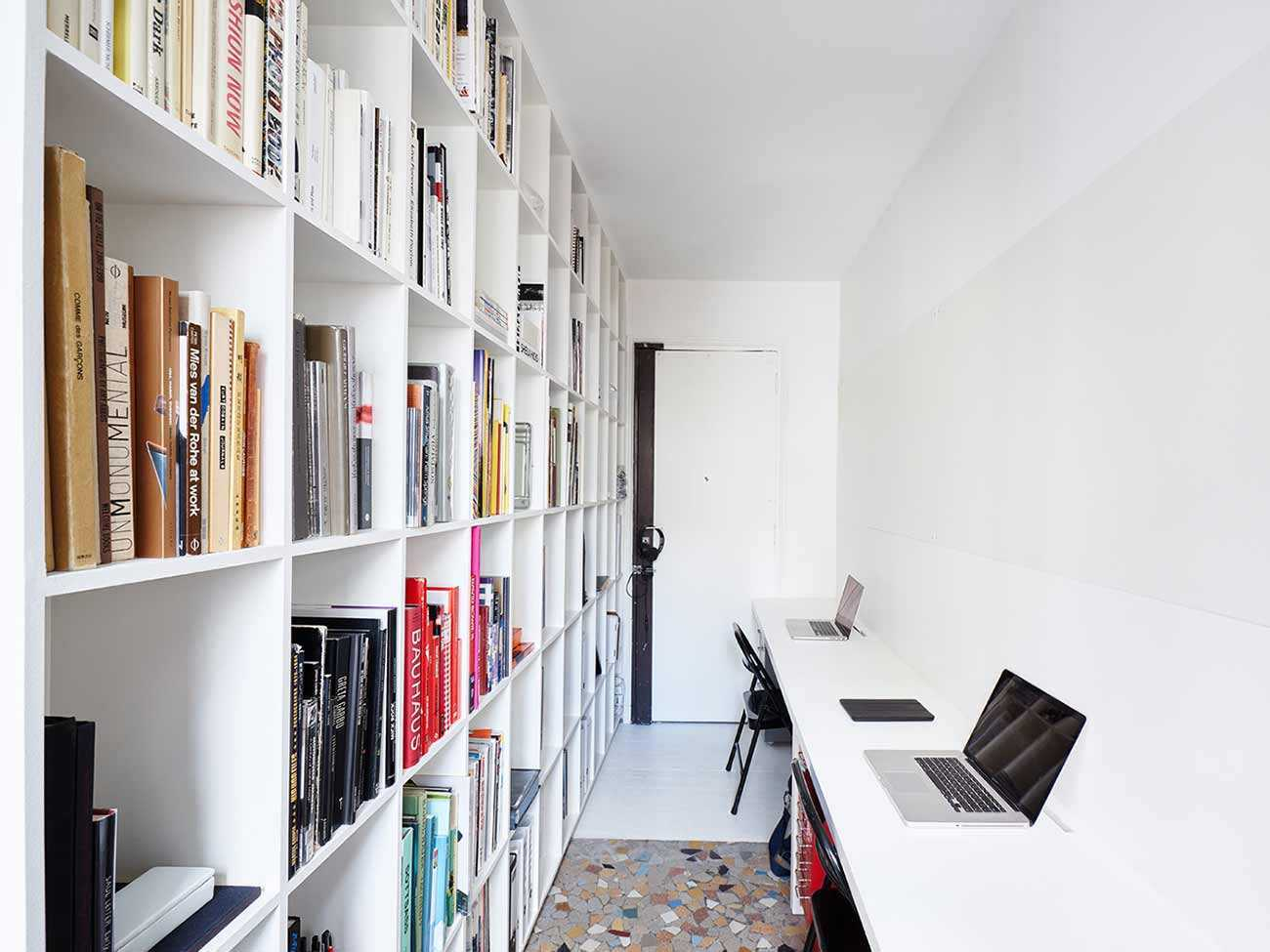 Desain rak dinding apartemen minimalis karya Septembre Architecture via organized-home.com