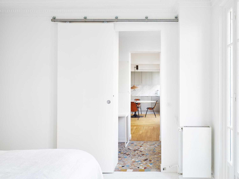 Desain pintu geser apartemen minimalis karya Septembre Architecture via organized-home.com