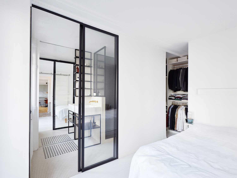 Desain pintu kamar mandi apartemen minimalis karya Septembre Architecture via organized-home.com