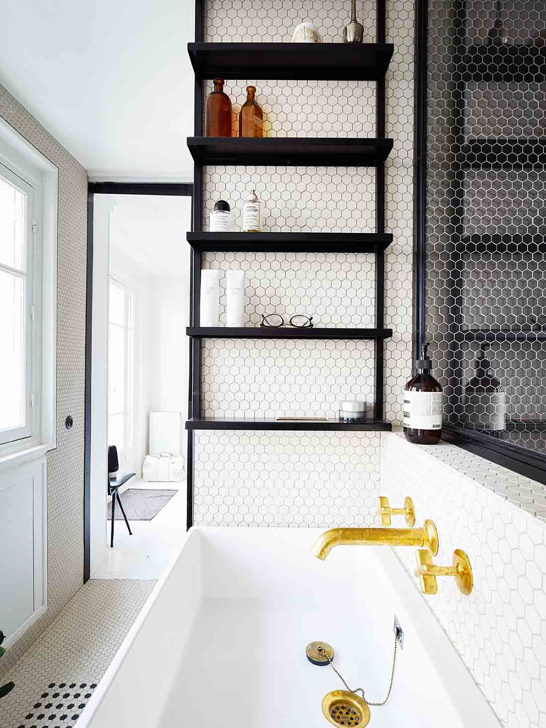 Desain kamar mandi apartemen minimalis karya Septembre Architecture via organized-home.com