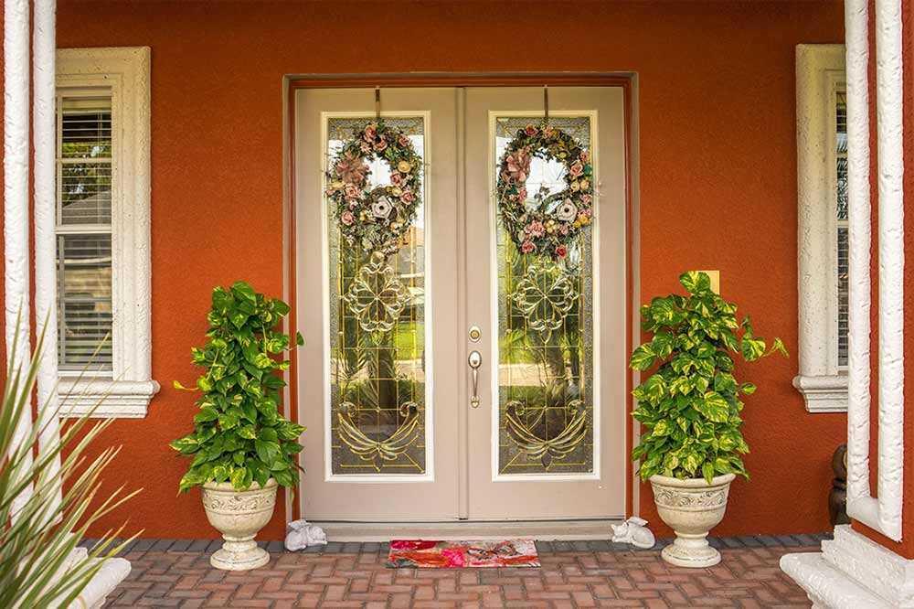 Kontras warna pot tanaman dengan cat dinding teras, foto oleh Mariamichelle, via pixabay.com