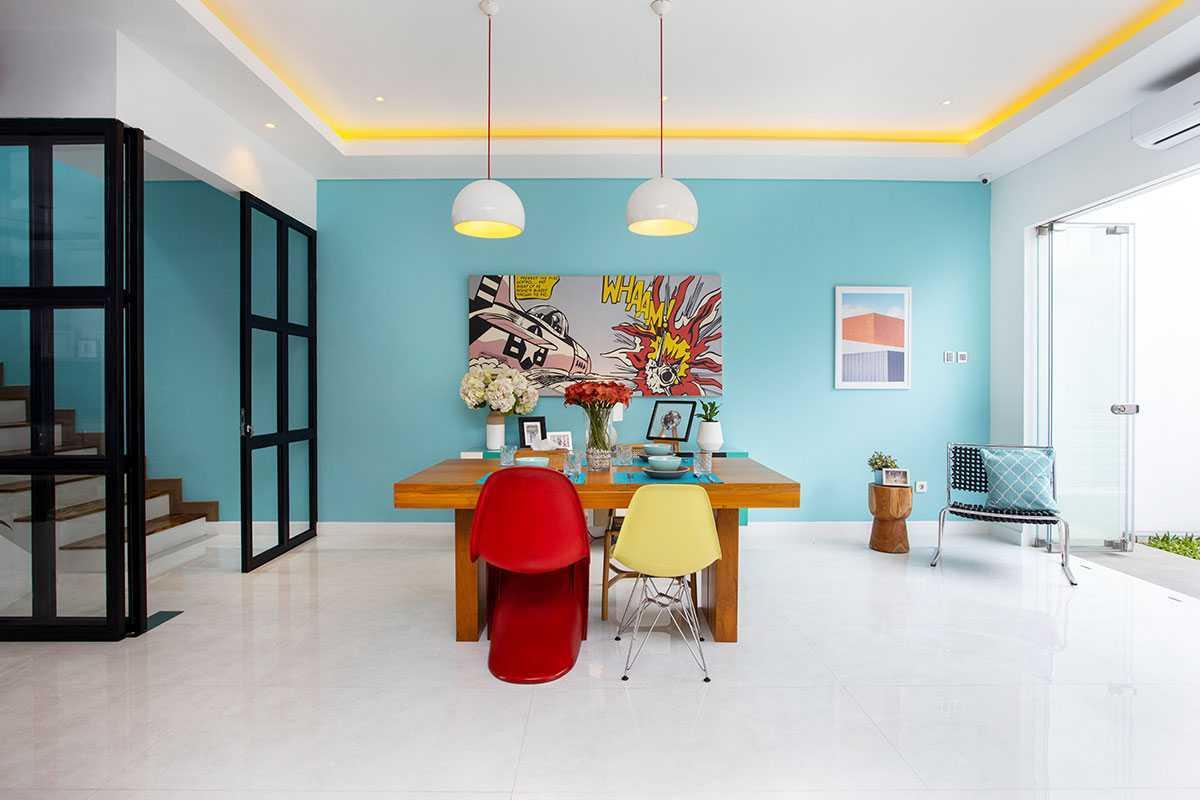 Ruang makan dengan warna-warni yang fun karya Vindo Design, via arsitag.com