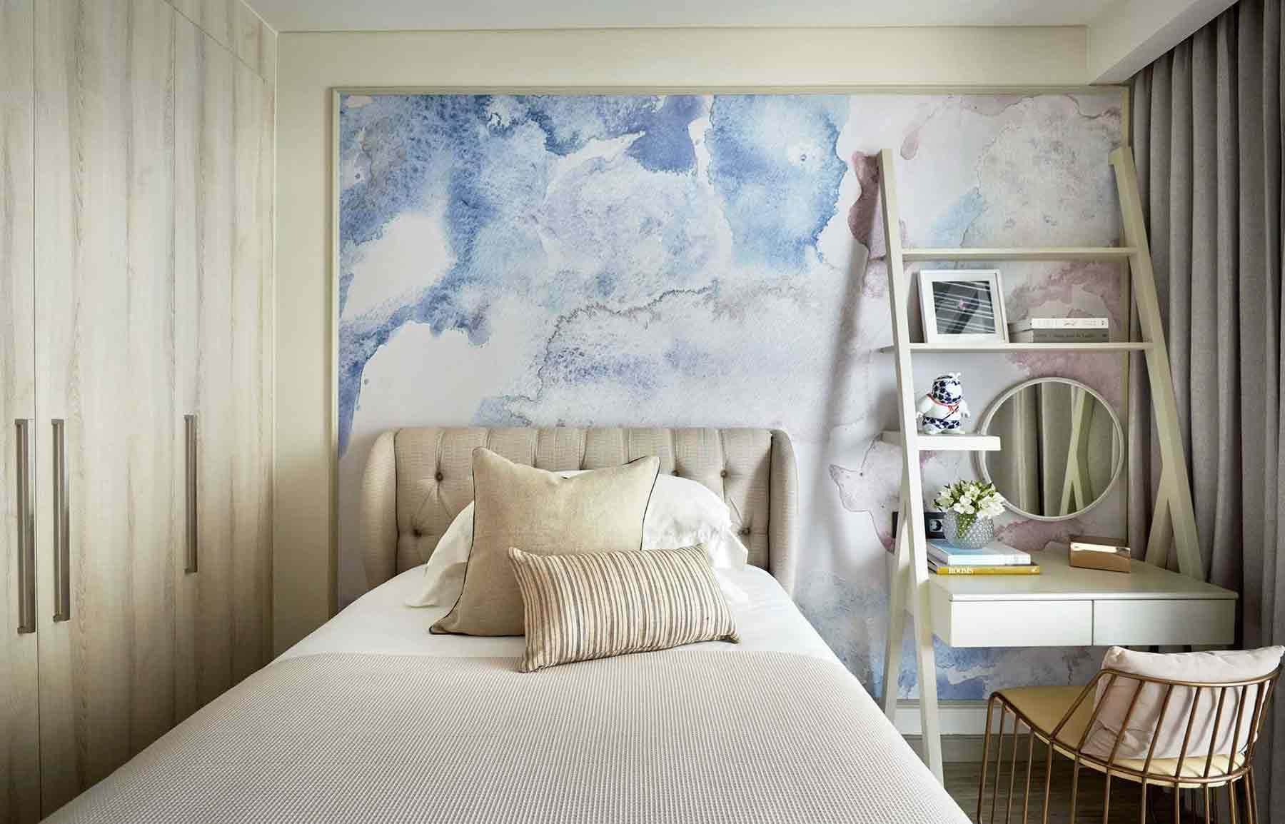 Dinding aksen dengan warna biru dan pink pastel yang hadir dalam bentuk abstrak yang super fun dan artistik, kamar tidur karya Hello Embryo, via arsitag.com