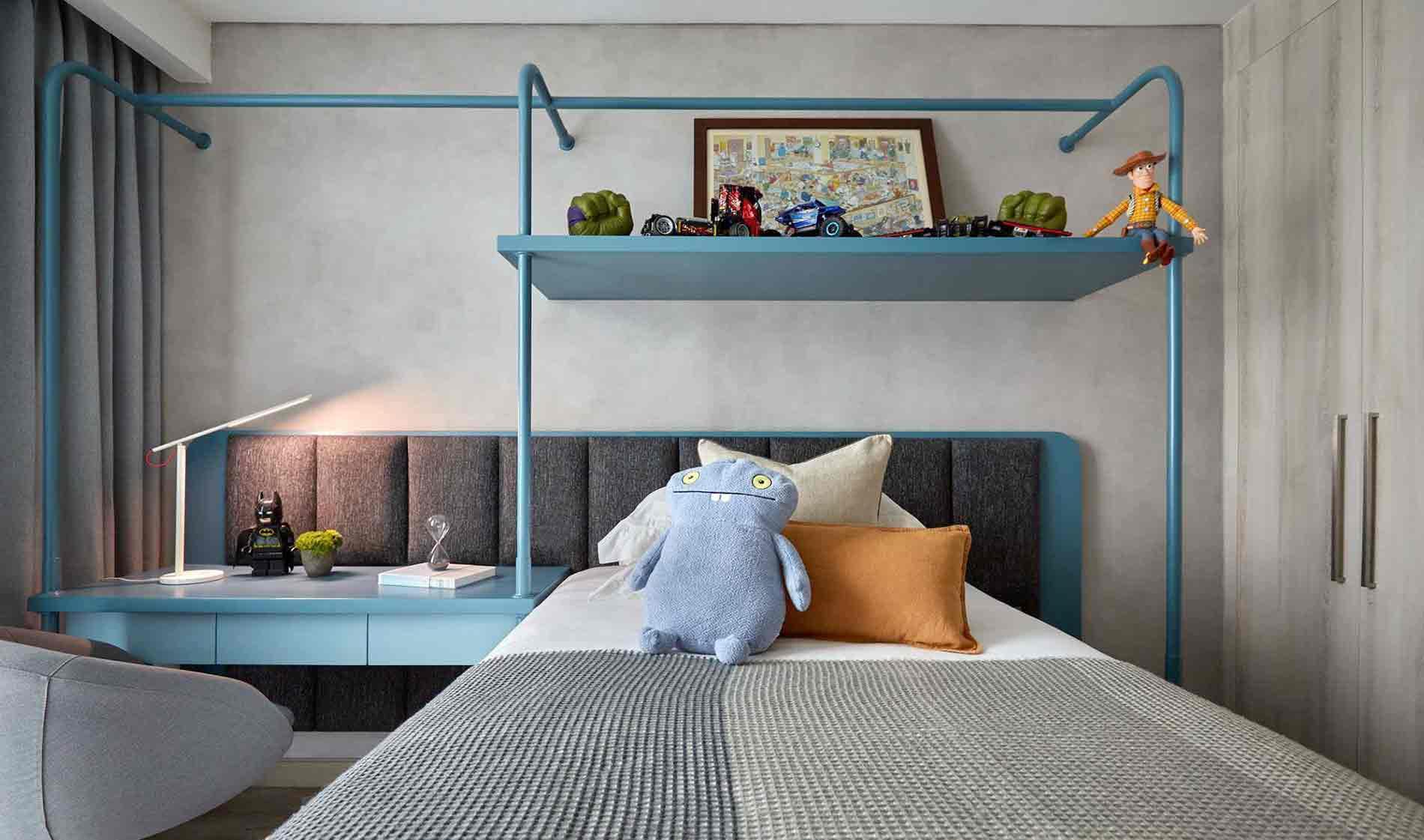 Konstruksi pipa yang membentuk headboard, meja, dan rak atas tempat tidur dalam warna yang kontras dengan latar belakang, kamar anak laki-laki karya Hello Embryo, via arsitag.com