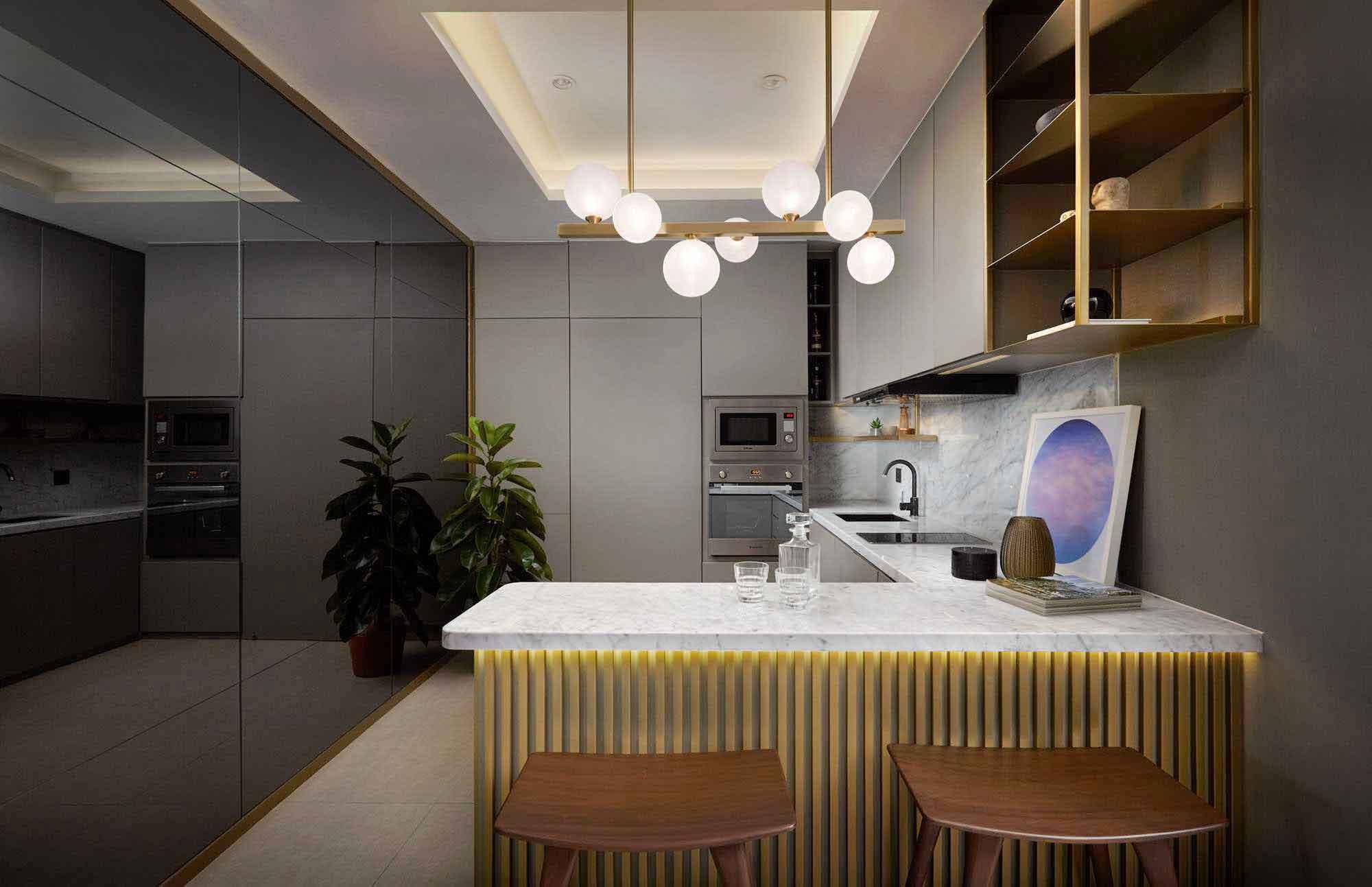 Dinding kaca gelap yang memantulkan seluruh area dapur untuk kesan luas dan lapang, dapur karya Hello Embryo, via arsitag.com