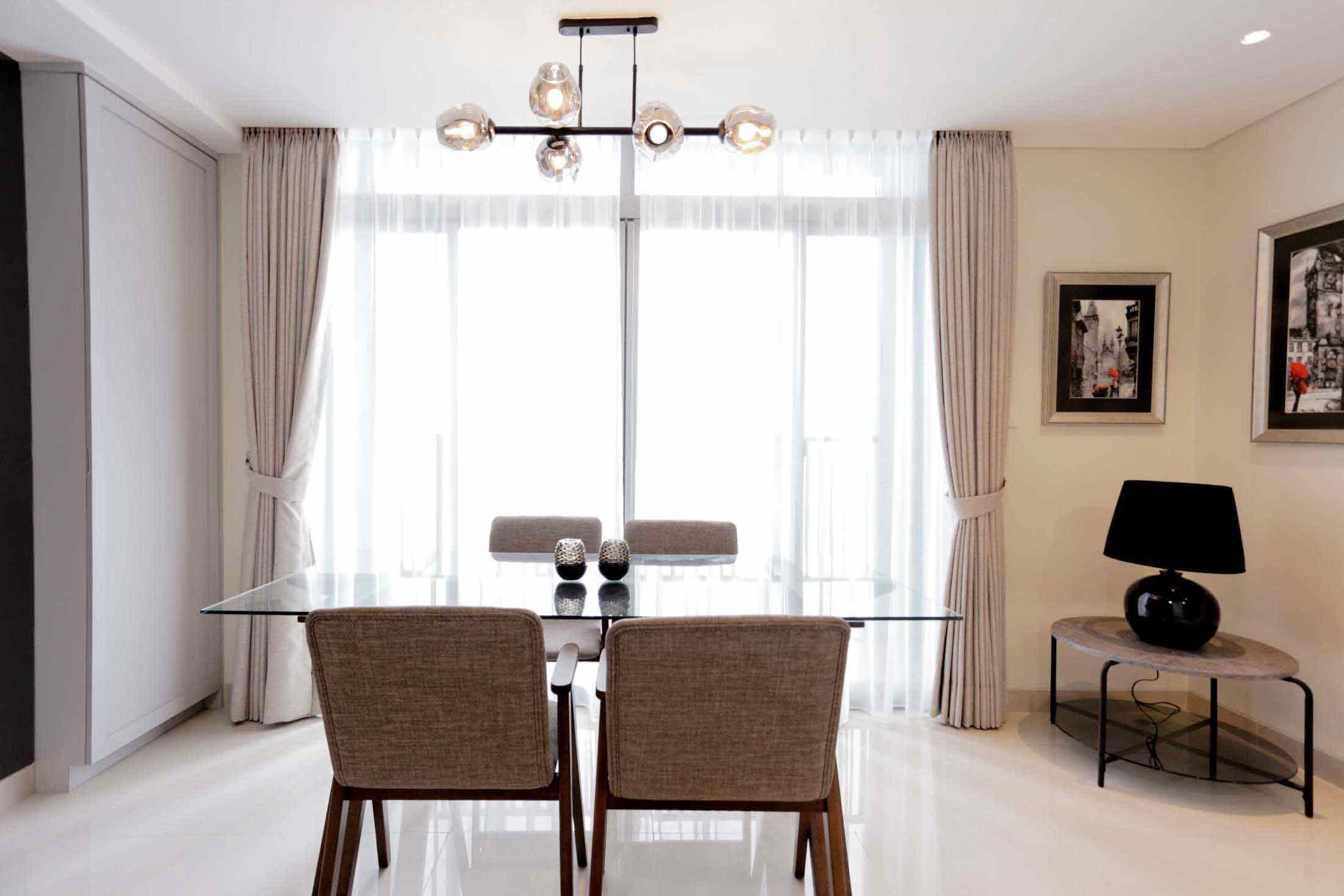 Lampu gantung modern yang semakin menonjolkan meja makan rangka kayu, ruang makan karya Samitrayasa Design, via Arsitag.com