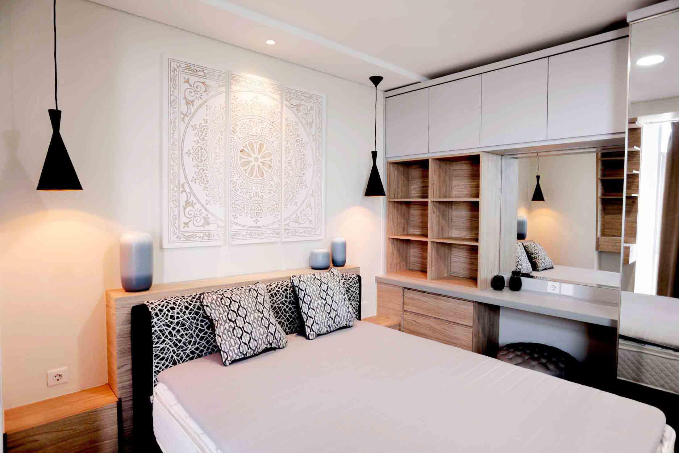 Lampu gantung di sisi kiri dan kanan lukisan, kamar karya Samitrayasa Design, via Arsitag.com
