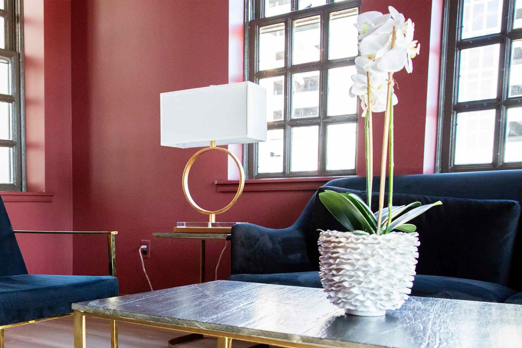 Dekorasi tanaman bunga ruang tamu, foto oleh In Lieu & In View, via unsplash.com
