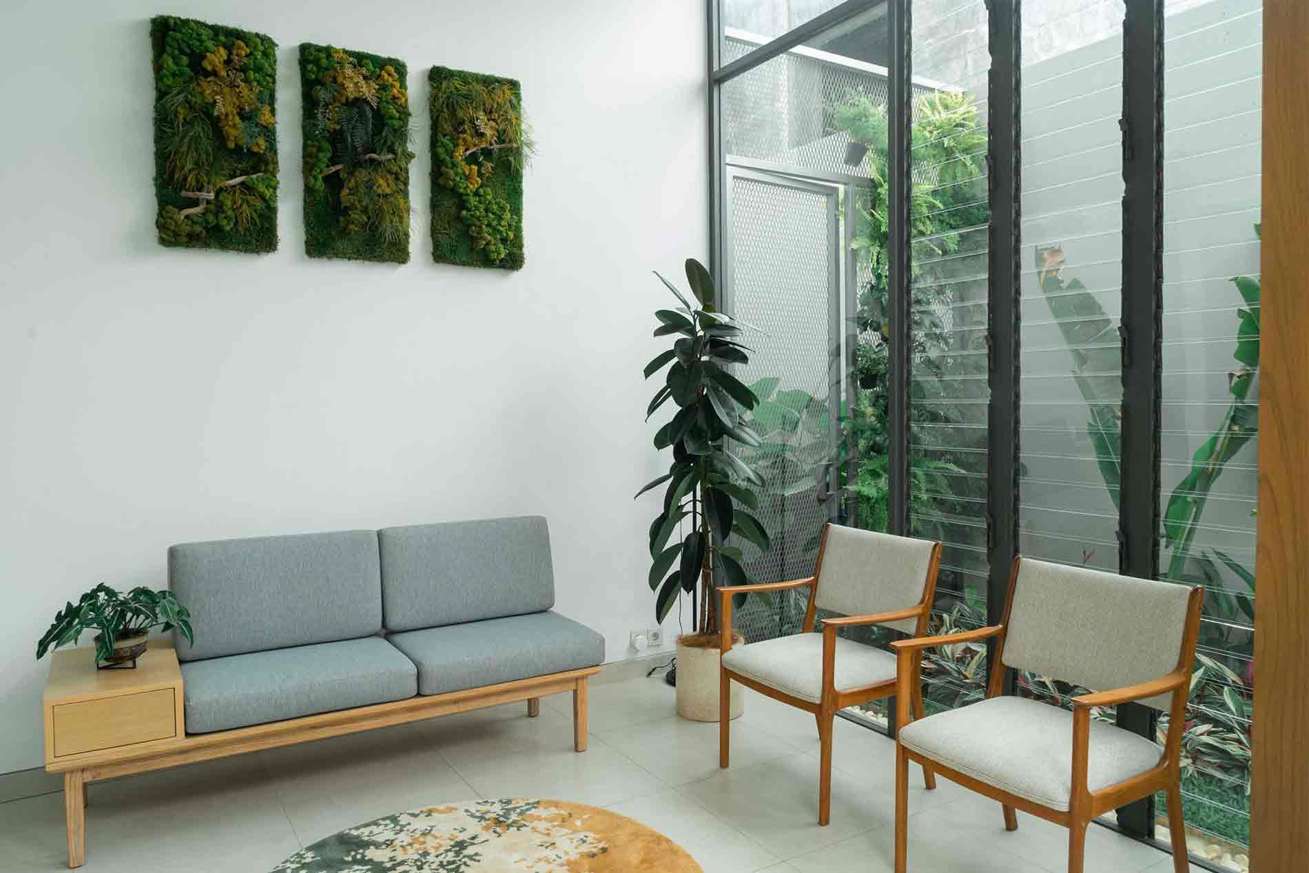 Dekorasi tanaman hias ruang tamu, desain Interior karya Miveworks, via arsitag.com