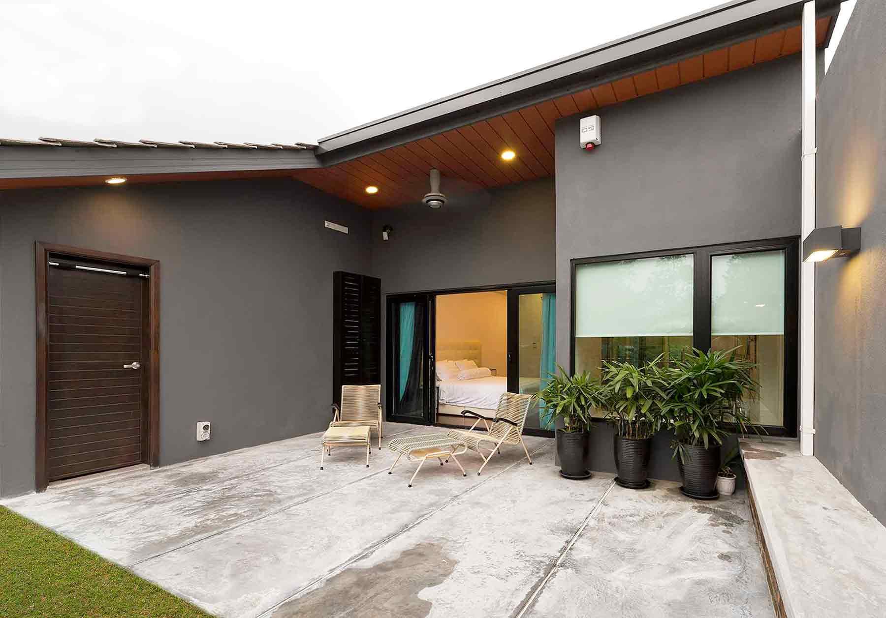 Dominasi material lantai semen ekspos dan warna abu-abu gelap yang super industrial, karya PT Adf, via arsitag.com