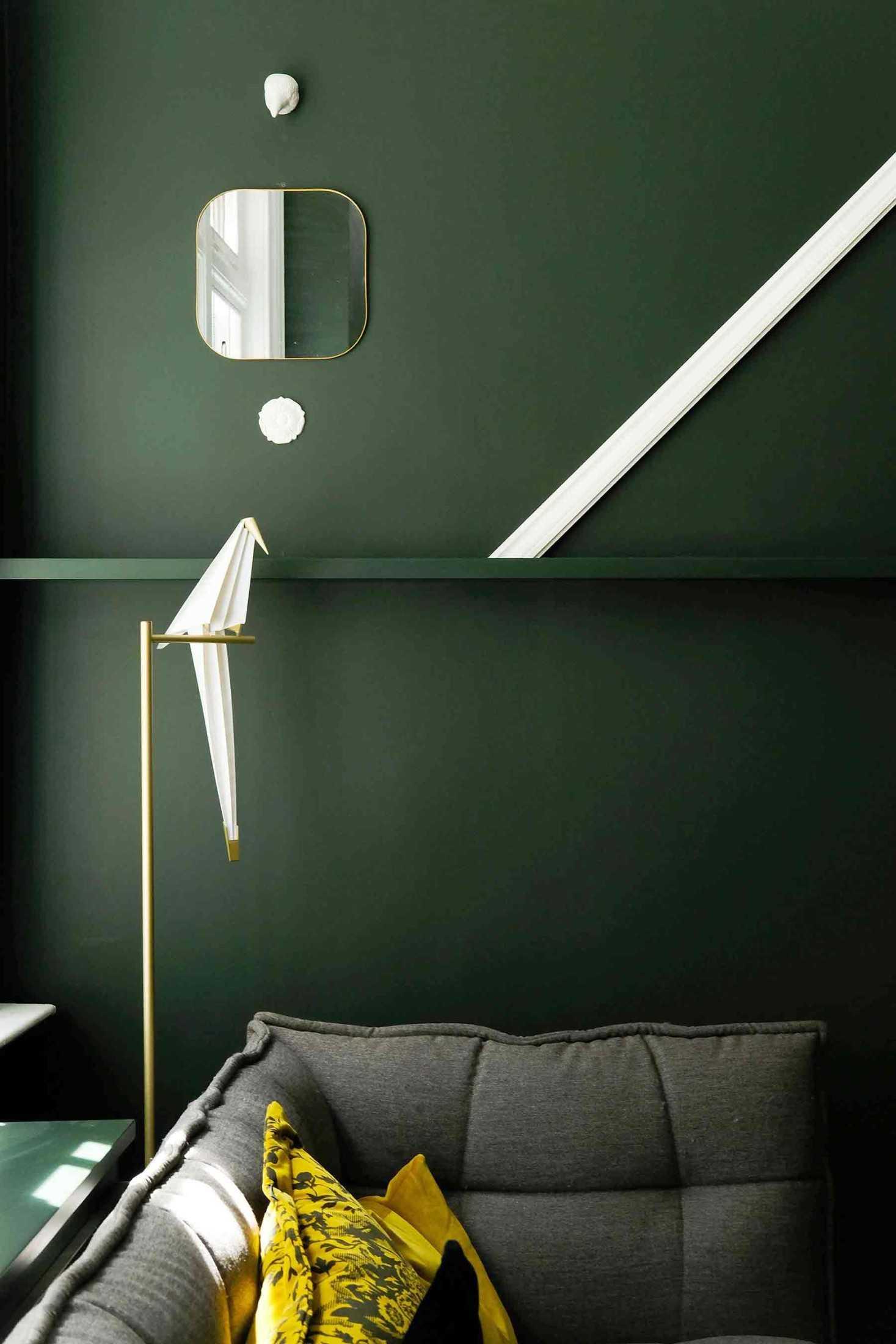 Cermin pada dinding hijau gelap, foto oleh Aaina Sharma, via unsplash.com