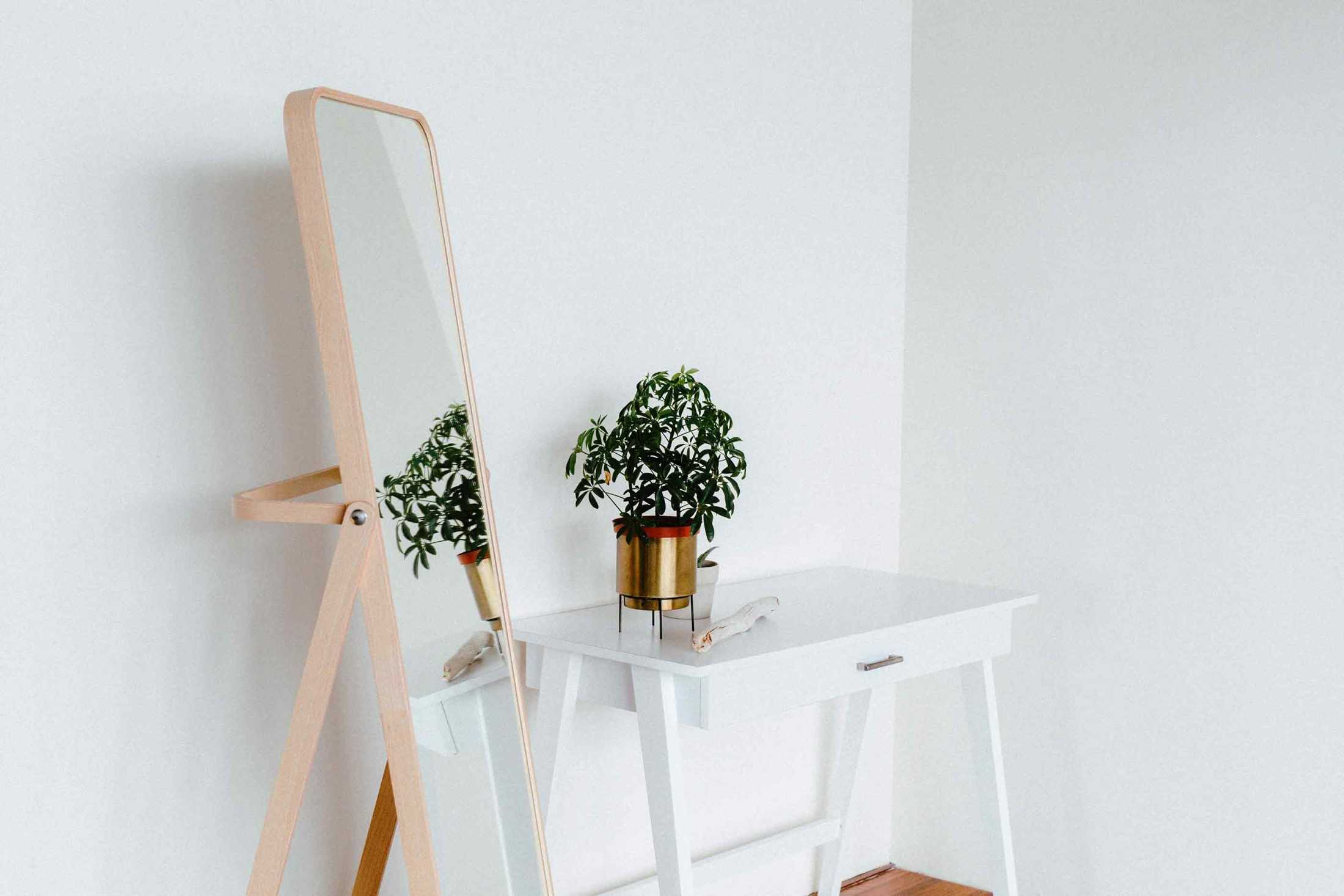 Cermin standing minimalis yang cantik, foto oleh Liana Mikah, via unsplash.com