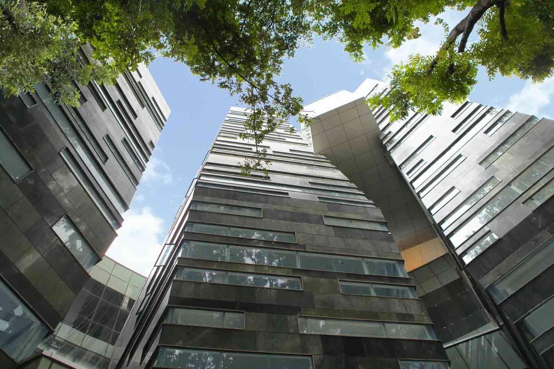 Dinding berlapis batu andesit Perpustakaan UI, karya DCM Indonesia, via archdaily.com