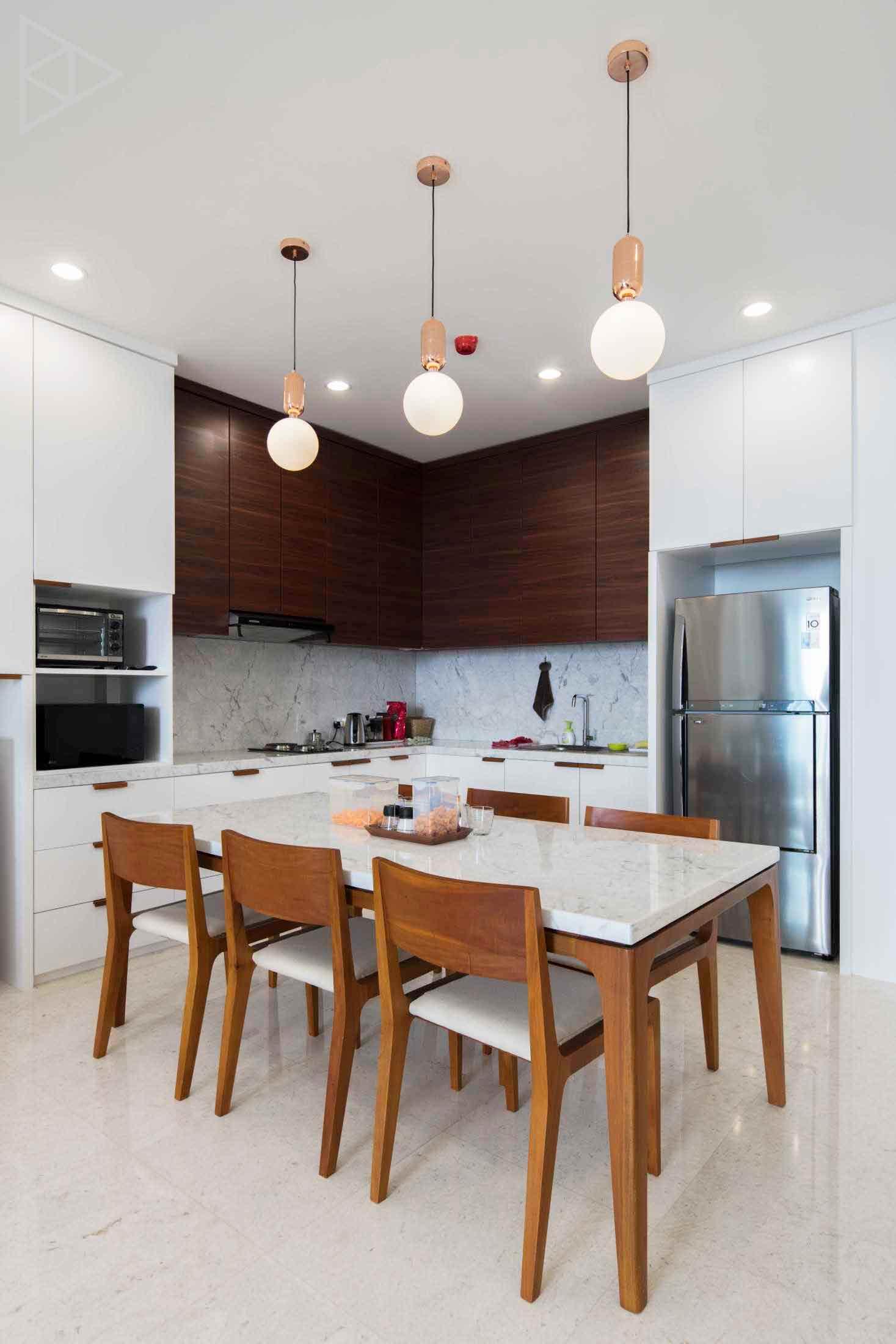Penggunaan material kayu yang secara cerdik mampu melawan kesan steril dari dominasi warna putih pada ruangan, karya TIES Design & Build, via arsitag.com