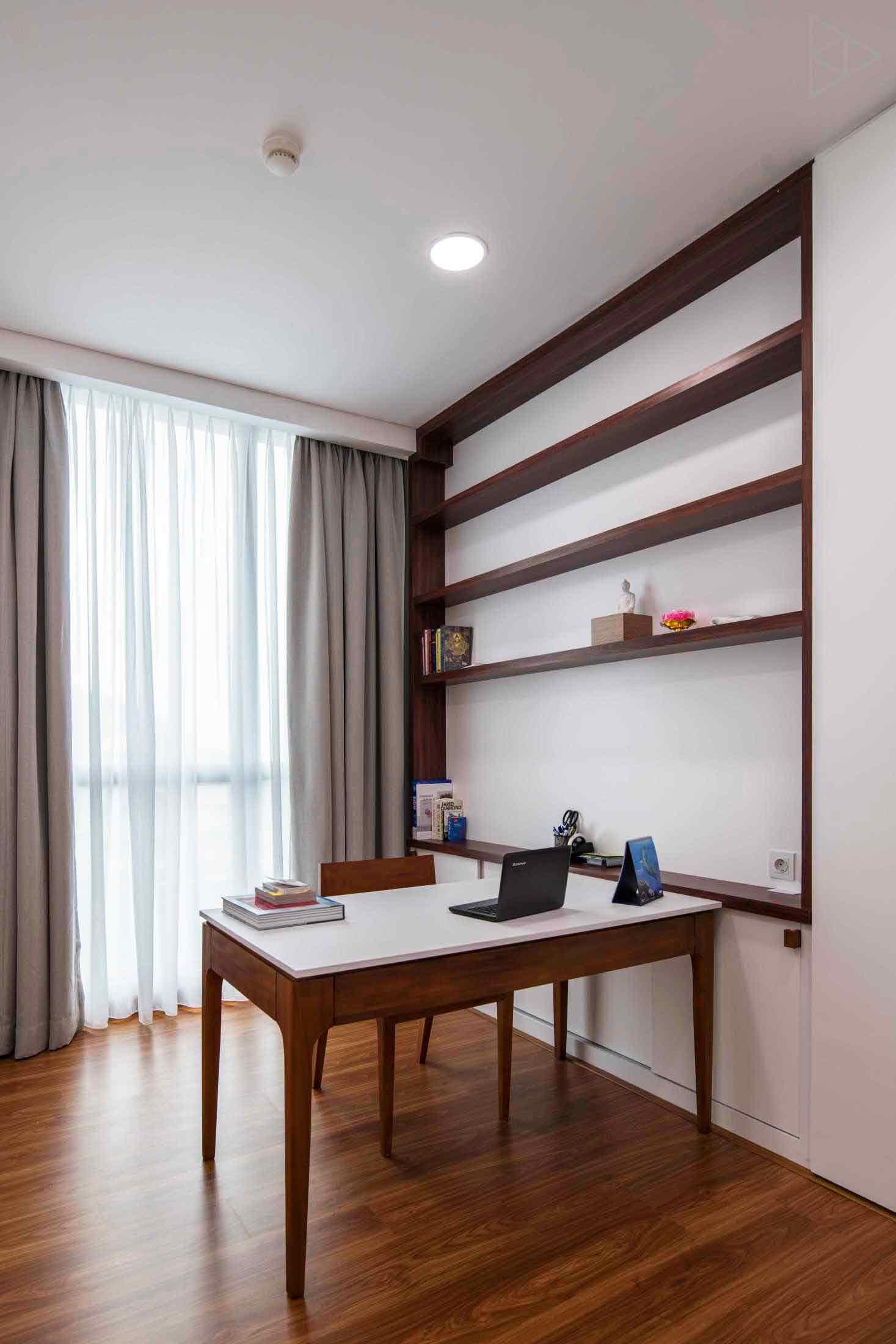 Meja kerja dengan kaki yang ramping dan rak buku built-in sebagai strategi pemanfaatan ruang yang terbatas, karya TIES Design & Build, via arsitag.com
