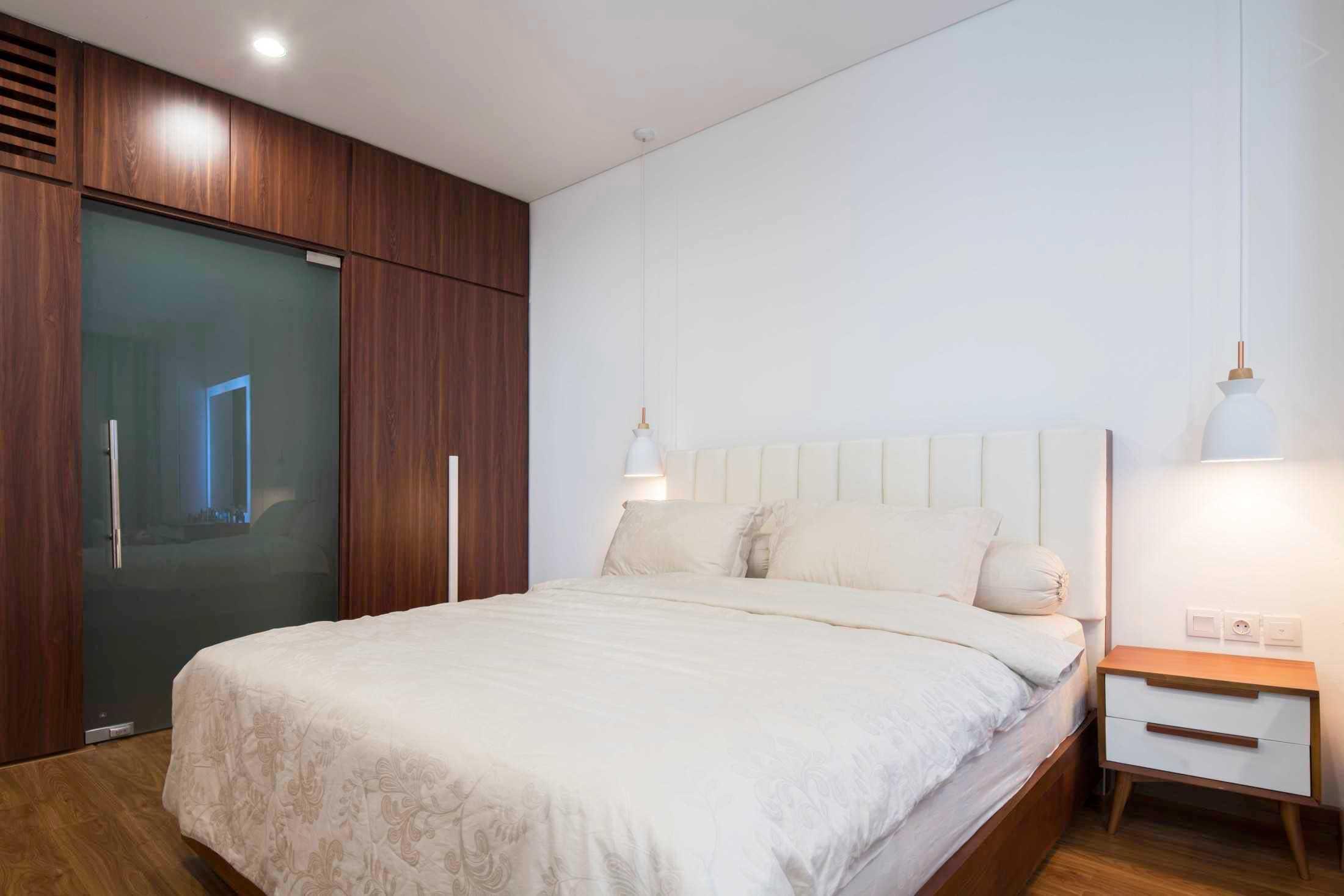 Perpaduan warna putih dan cokelat kayu yang super cozy untuk waktu istirahat yang nyaman, karya TIES Design & Build, via arsitag.com