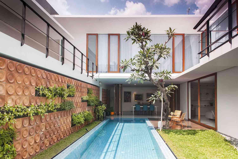 Desain kolam renang dan taman, hunian karya MINT-DS, via arsitag.com