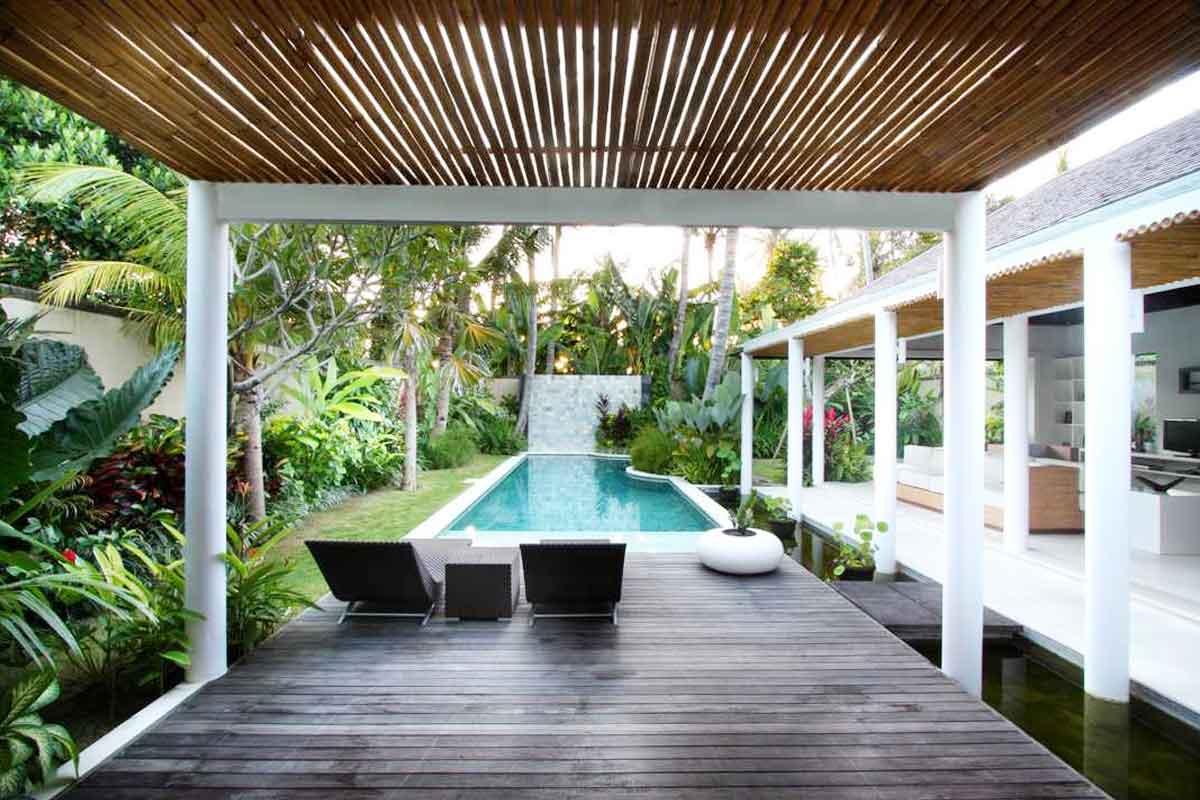 Kolam renang, taman tropis, dan dek kayu, vila karya OG Architects, via arsitag.com