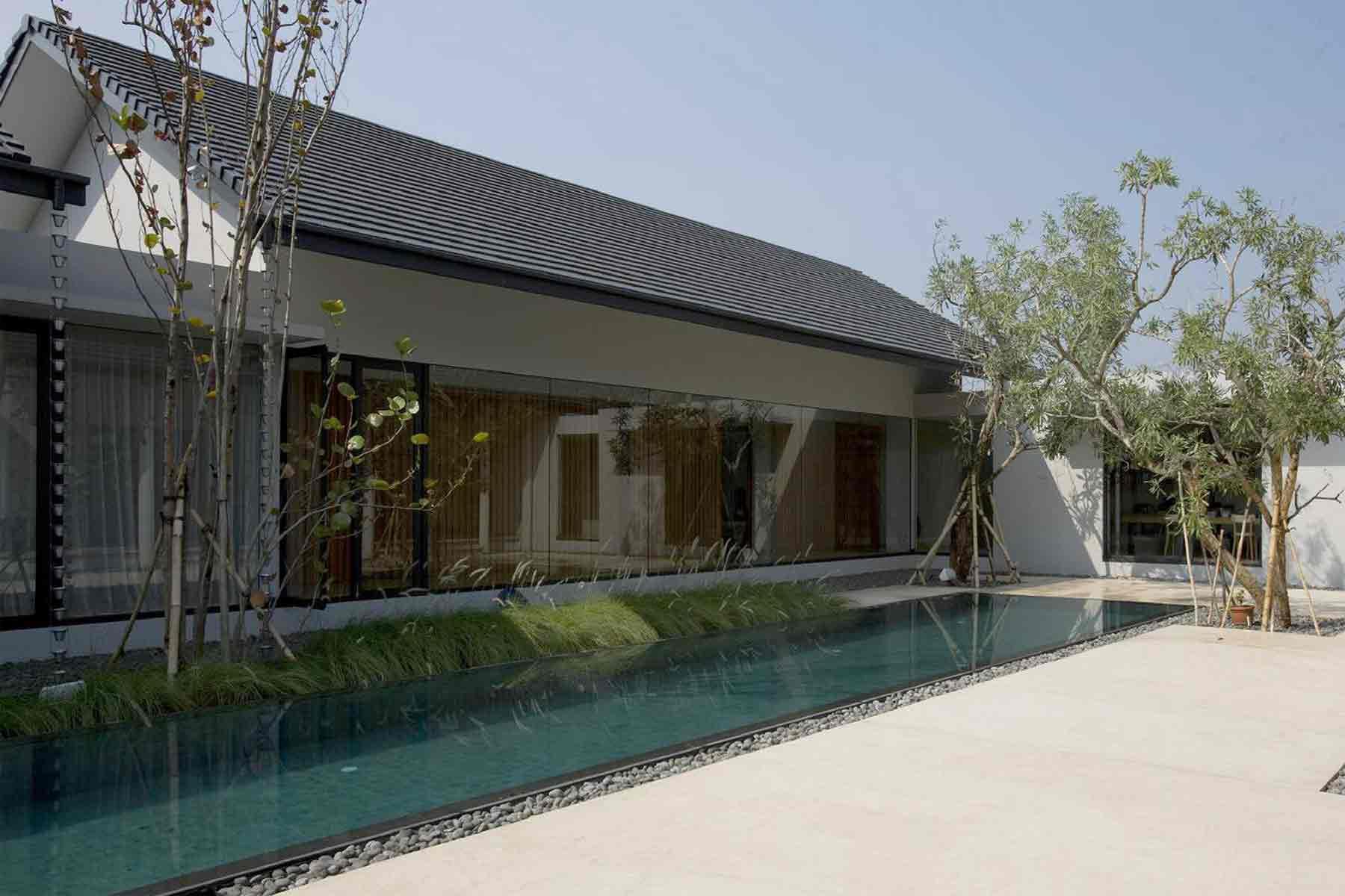 Kolam renang dengan taman kering, rumah karya Studio Air Putih, via arsitag.com