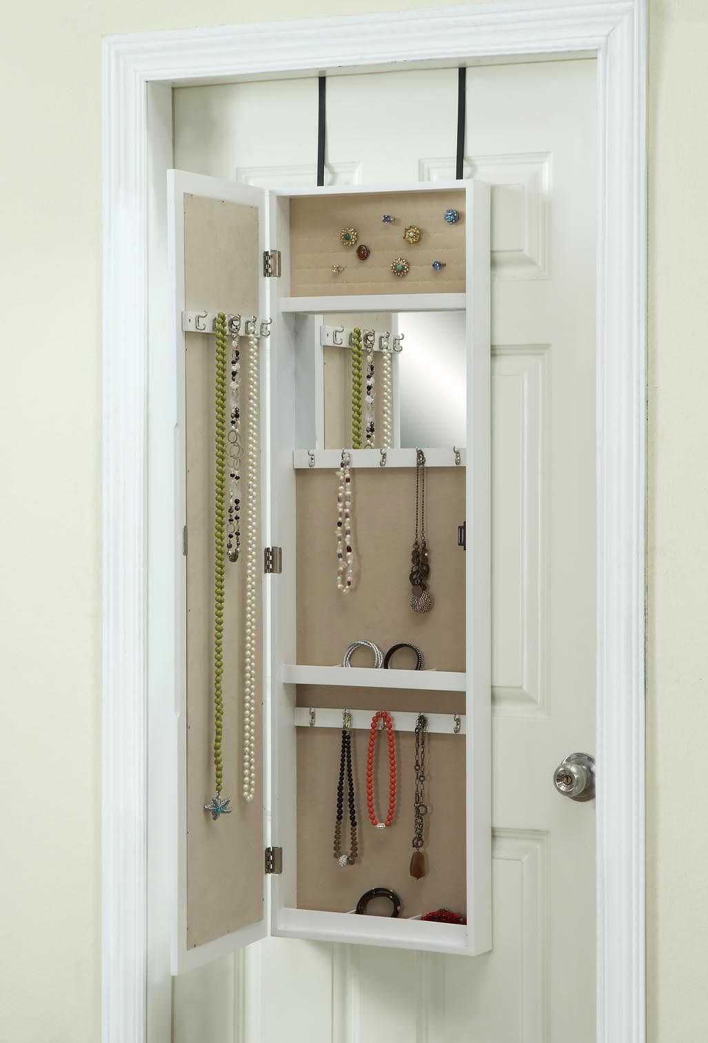 Cermin sekaligus tempat penyimpanan aksesoris, via decoist.com