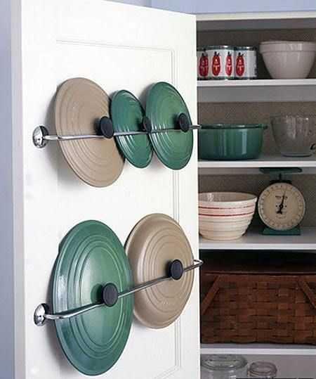 Cara mudah menyimpan tutup panci di pintu laci, via marthastewart.com