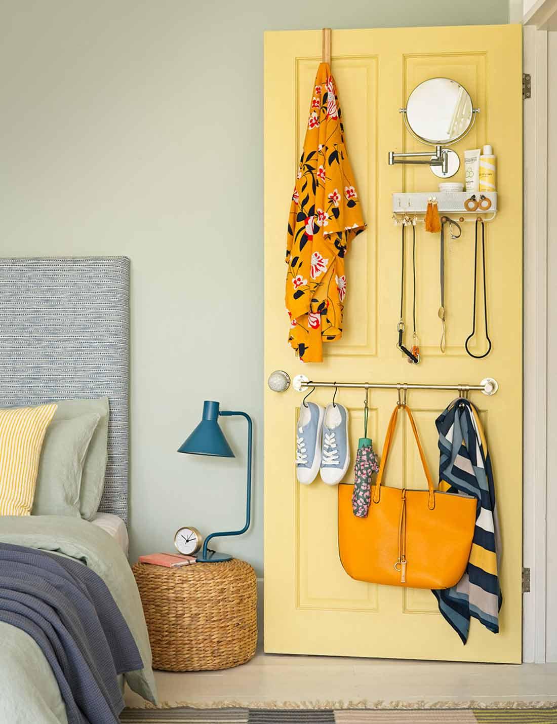Kombinasi beberapa tipe penyimpanan di balik pintu closet, foto oleh Dominic Blackmore, via idealhome.co.uk