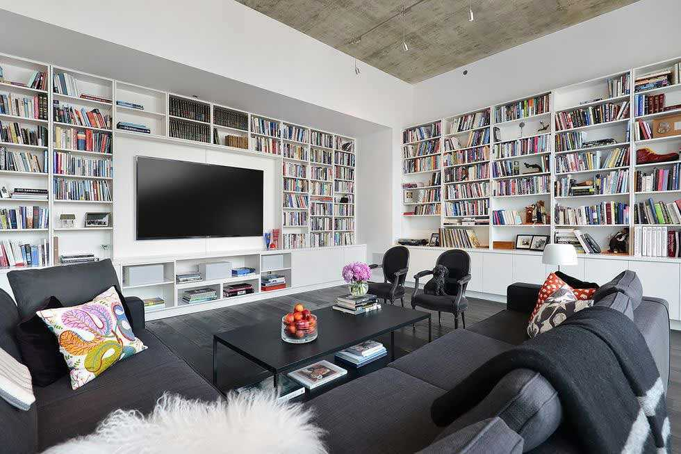 Desain rak buku memenuhi dinding ruangan, oleh Dresner Design, via Elledecor.com
