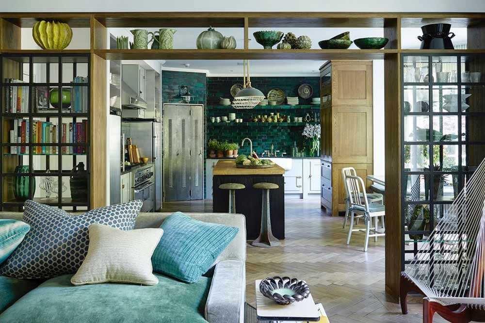 Desain rak buku dengan dinding kaca, oleh Hubert Zandberg Interiors, via Elledecor.com
