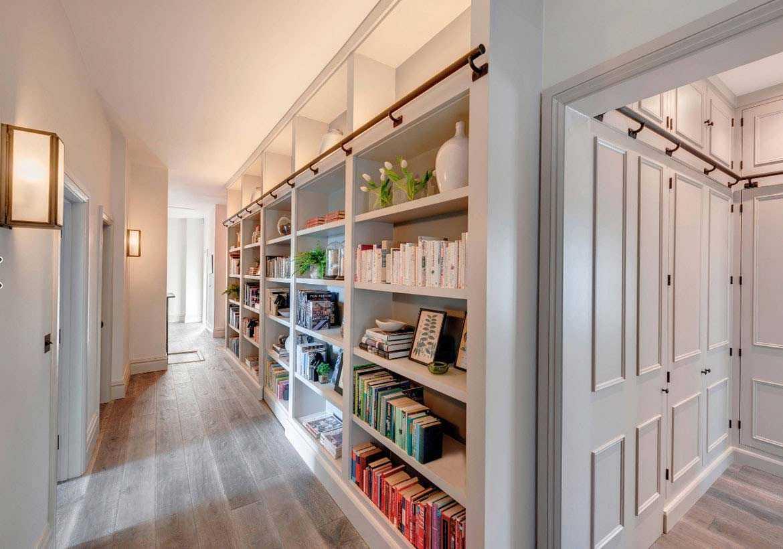 Desain rak buku di dinding lorong, oleh Woodford Architecture, via sebringdesignbuild.com