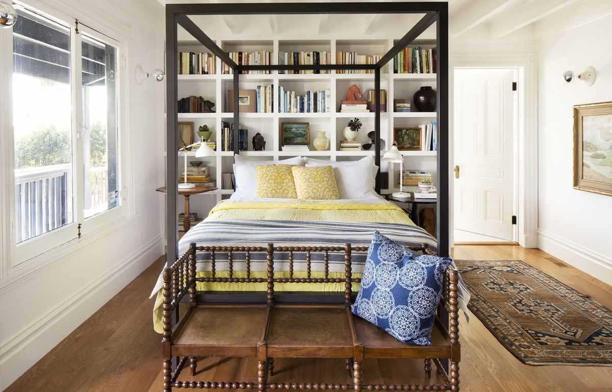 Desain rak buku di belakang kasur kamar tidur, oleh Paul Dyervia, via Thisoldhouse.com