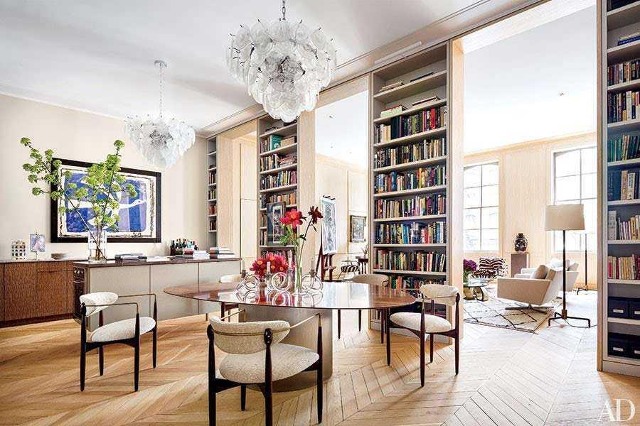 Desain rak buku tinggi sebagai sekat ruangan, oleh Scott Francesvia, via Architecturaldigest.com