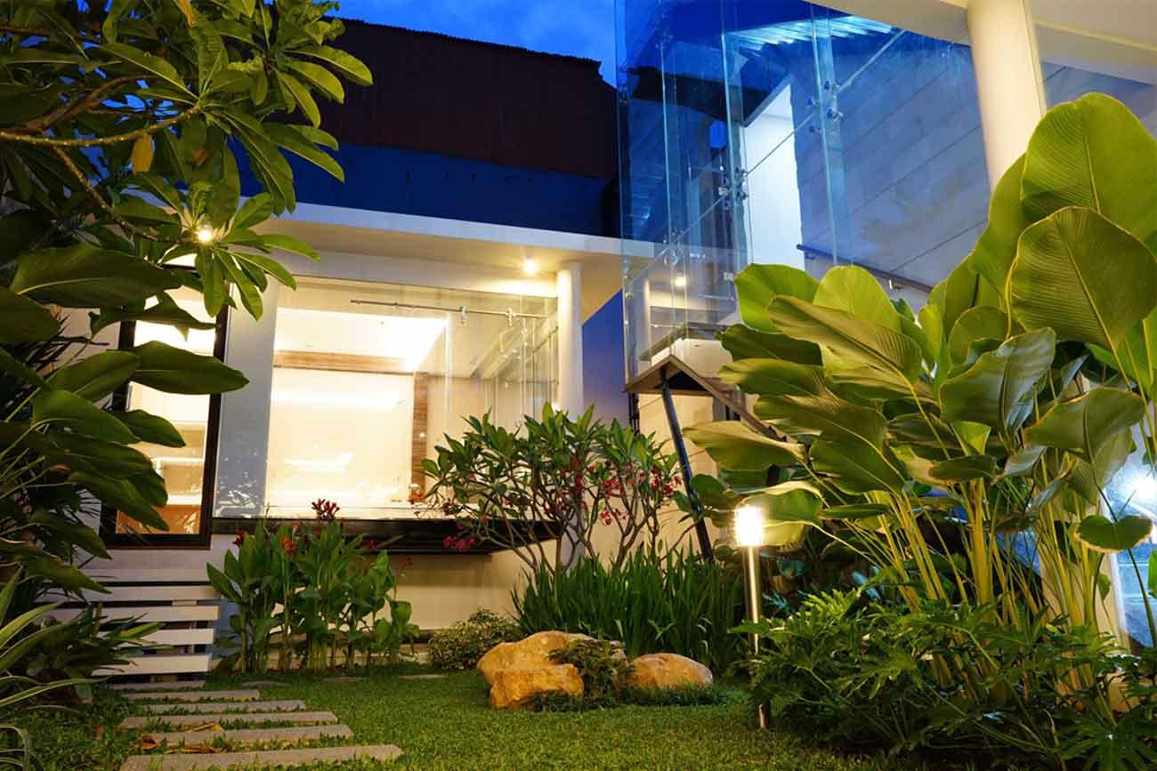 Taman rumah yang terang, karya Saga Contractor, via arsitag.com
