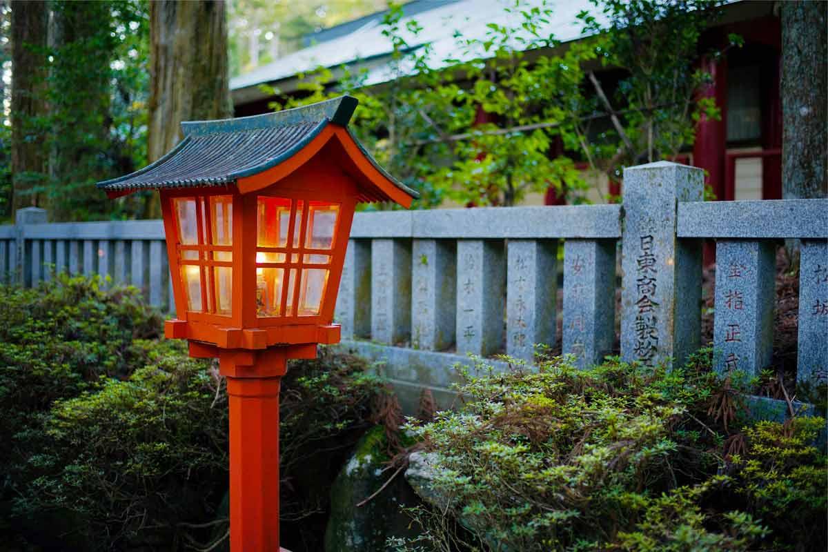 Model lampu taman ala Jepang, foto oleh Tomato Uncle, via unsplash.com