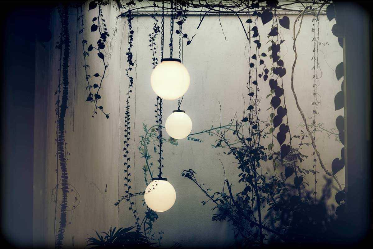 Lampu gantung bulat di taman, foto oleh Armando Castillejos, via unsplash.com