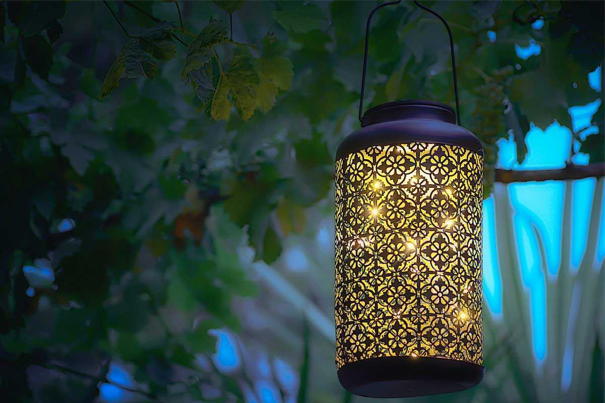 Lampu lentera bermotif memperindah taman, foto oleh Anthony Cantin, via unsplash.com