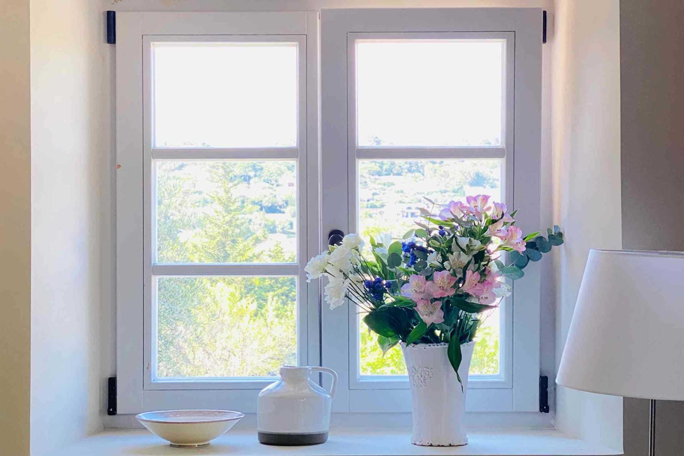 Dekorasi bunga di dekat jendela, foto oleh Martine Vogel, via unsplash.com
