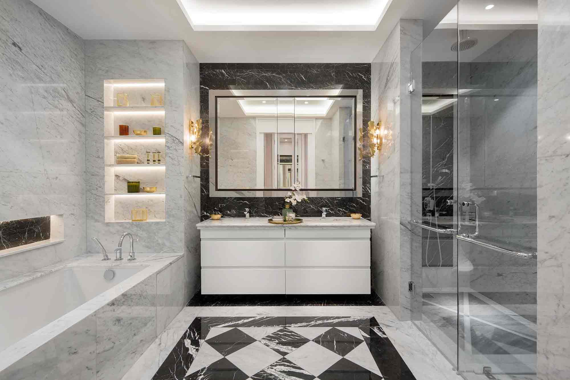 Kamar mandi mewah bernuansa monokrom, oleh Mark Associates, via arsitag.com
