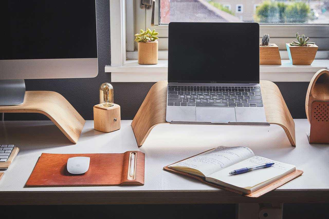 Meja tambahan mungil khusus untuk laptop/komputer dengan bentuk unik, foto olehKen Tomita,viaPexels
