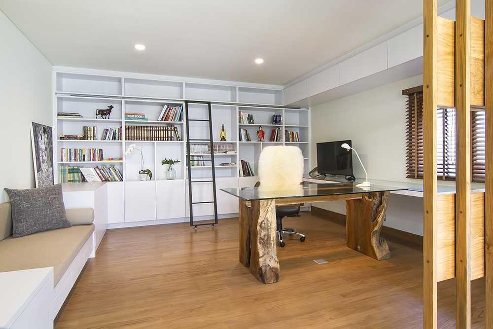 Kombinasi kayu sebagai materia alam dan kaca sebagai material modern untuk meja kerja Anda, ruang kerja karya Erwin Kusuma, via arsitag.com